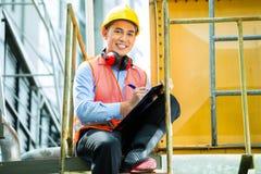 Travailleur de la construction indonésien asiatique sur le chantier Photographie stock