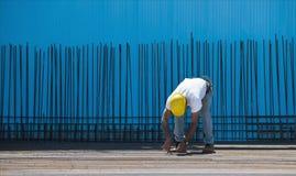 Travailleur de la construction installant les fils obligatoires Photographie stock