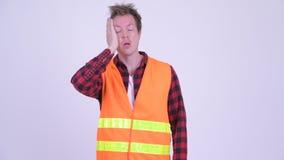 Travailleur de la construction de jeune homme de Strssed semblant fatigué clips vidéos