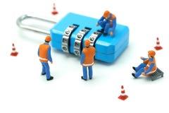 Travailleur de la construction miniature Security Key Repair de personnes et le traitement du précieux sur le fond blanc utilisan images libres de droits