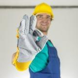 Travailleur de la construction montrant le signe correct Photographie stock libre de droits