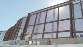 Travailleur de la construction Near Border Fence banque de vidéos