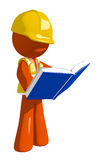 Travailleur de la construction orange Standing Reading Book d'homme Photo stock