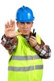 Travailleur de la construction parlant avec un talkie-walkie et des commandes à s images stock