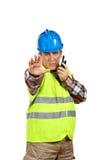 Travailleur de la construction parlant avec un talkie-walkie et des commandes à s photographie stock