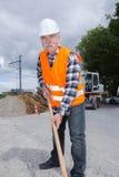 Travailleur de la construction de sexe masculin sur le travail de chantier de construction Photographie stock