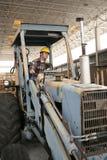 Travailleur de la construction sur la pelle rétro Photos stock
