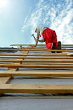 Travailleur de la construction sur le toit photographie stock