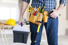 Travailleur de la construction tenant une boîte à outils images libres de droits