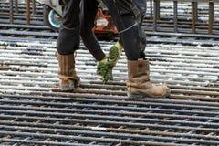 Travailleur de la construction de tressage de fer images stock