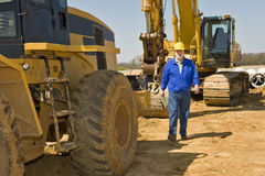 Travailleur de la construction Walking Along Equipment photos libres de droits
