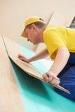 Travailleur de liège au travail de plancher Photographie stock libre de droits