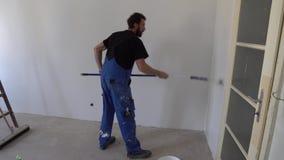 Travailleur de peinture de mur banque de vidéos