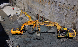 Travailleur de perceur de tunnel installant le montage dans le chantier de construction souterrain de métro de souterrain à Sofia photographie stock libre de droits