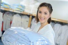 Travailleur de portrait mettant la blanchisserie partie dans l'hôpital photos stock