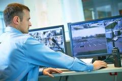 Travailleur de sécurité pendant la surveillance Système de surveillance visuel image libre de droits