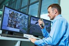Travailleur de sécurité pendant la surveillance Système de surveillance visuel photos libres de droits