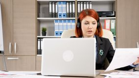 Travailleur de service de helpdesk parlant par le casque aux clients banque de vidéos