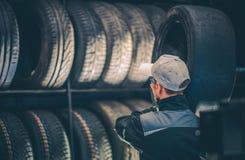 Travailleur de service de pneus de voiture images stock
