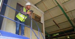 Travailleur de sexe masculin à l'aide du comprimé numérique 4k clips vidéos