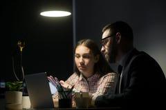 Travailleur de sexe masculin expliquant des plans marketing au collègue féminin Photographie stock