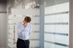 Travailleur de sexe masculin nerveux soumis à une contrainte avant de faire la présentation dans le meeti photographie stock