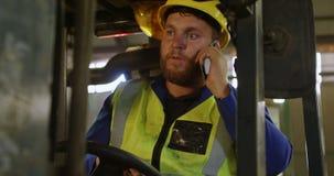 Travailleur de sexe masculin parlant au téléphone portable 4k banque de vidéos
