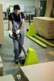 Travailleur de sexe masculin travaillant dans l'industrie du meuble photos stock