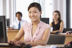 Travailleur de sourire dans le bureau occupé Images stock