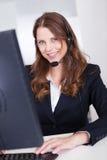 Travailleur de sourire de centre de réceptionniste ou d'appel image stock