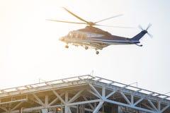 Travailleur de transfert de plate-forme pétrolière d'hélicoptère entre le rivage et en mer, atterrissage de couperet sur l'hélipo photo libre de droits