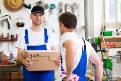 Travailleur deux dans l'atelier d'un charpentier photo stock