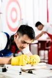 Travailleur diligent dans l'usine travaillant au bois Image stock
