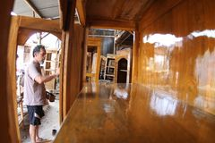 Travailleur du bois faisant des meubles Photographie stock