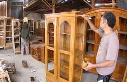 Travailleur du bois faisant des meubles Images libres de droits