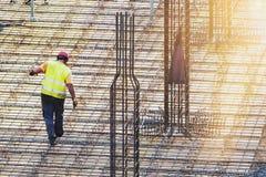 Travailleur effectuant le métal ouvré au chantier de construction Images stock