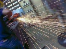 Travailleur effectuant le travail de meulage photographie stock libre de droits