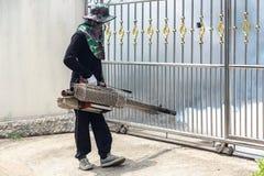 Travailleur embrumant le produit chimique pour éliminer le moustique à la rue Image libre de droits