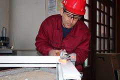 Travailleur employant la broyeur électrique. Photos stock