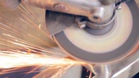 Travailleur employant la broyeur industrielle sur des pièces en métal dans l'ensemble industriel, usine banque de vidéos