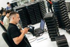 Travailleur employant le lecteur de code barres Photographie stock libre de droits