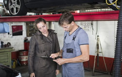 Travailleur et client de garage images libres de droits