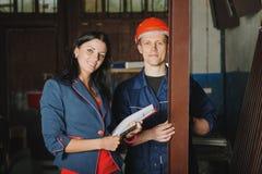 Travailleur et un chef féminin rendant compte les profils en métal Images stock