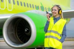 Travailleur féminin d'aéroport Photo stock