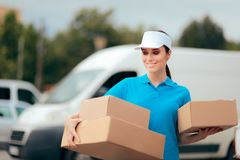 Travailleur f?minin de la livraison tenant le paquet de bo?te en carton image stock