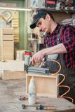 Travailleur faisant la bo?te en bois photo libre de droits