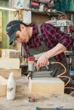 Travailleur faisant la bo?te en bois image libre de droits