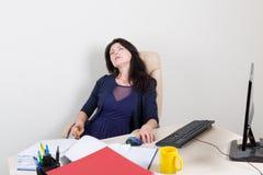 Travailleur fatigué dormant dans le bureau Photo stock