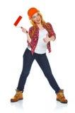 Travailleur féminin drôle de contruction dans un casque avec le rouleau à disposition Photo stock