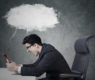 Travailleur fou avec la bulle d'ordinateur portable et de parole Photos stock